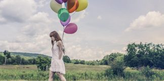 Femme marchant avec des ballons gastriques.