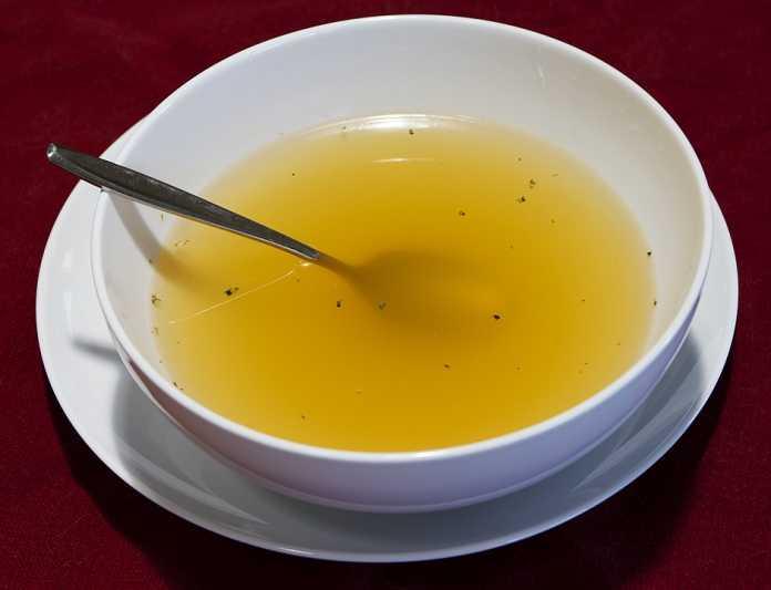 Photo d'un bouillon de légume que l'on peut manger les jours après une sleeve gastrectomie et un bypass gastrique.