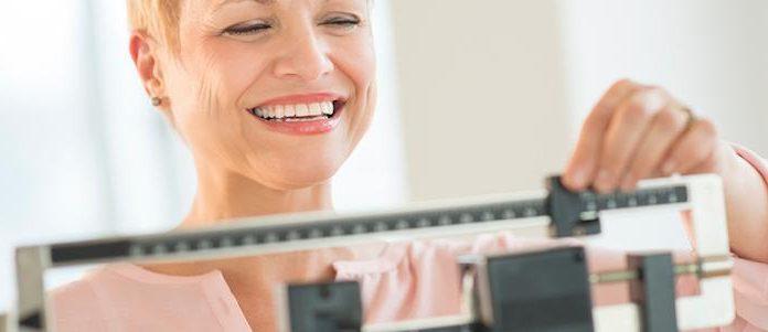 Femme après une sleeve endoscopique qui se pèse.