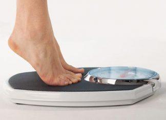 photo d'une femme sur une balance voulant perdre du poids.